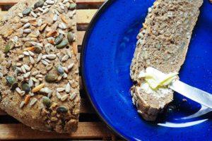 A teljes kiőrlésű kenyér jótékony hatásai a következők: